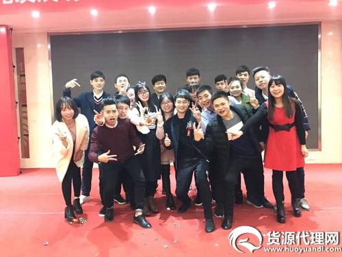 带颜聚星国际团队创始人龙哥 微商团队已带领2000人月入过万!