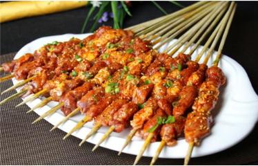 享受美味特色美食 广州桥底串吧引吃货围观